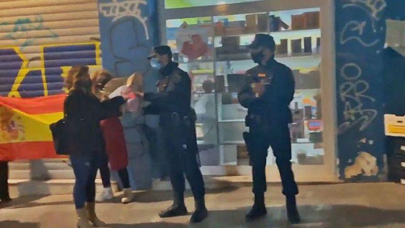 Denuncian la participación activa de dos policías de servicio en un acto de ultraderecha en Valencia