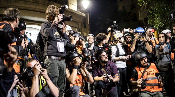 Miembros de la prensa atentos al lanzamiento de una botella por parte de un manifestante. A pocos metros, miles de jóvenes protestan pacíficamente sin ser noticia. Foto: Juan Teixeira.