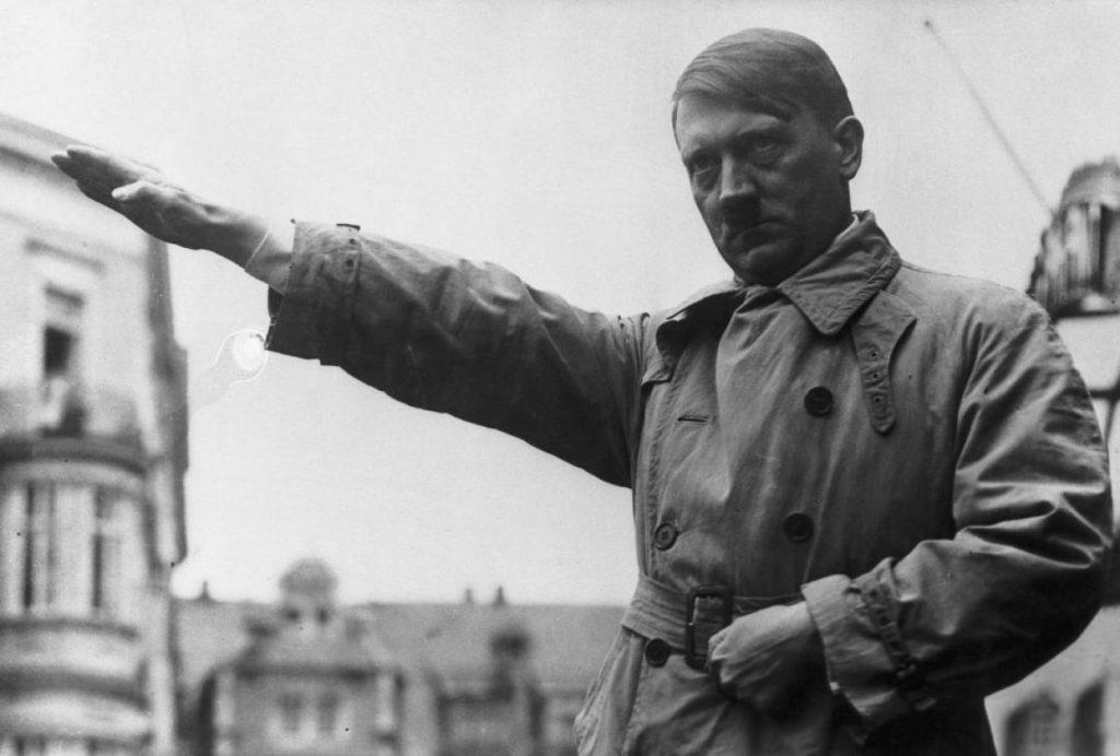 Adolf Hitler hace el saludo nazi en una fotografía tomada en febrero de 1932. / Bettmann (GETTY IMAGES)