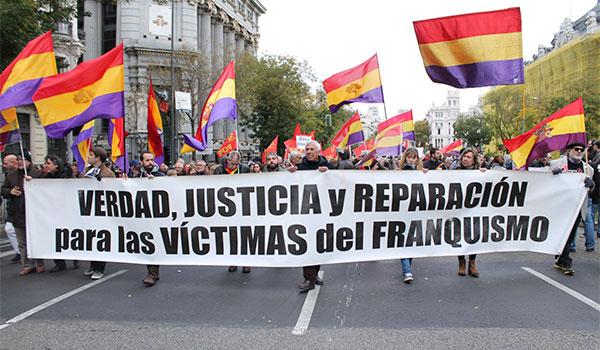 """Manifestción con banderas republicanas y pancarta que reza """"Verdad, justicia y reparación para las víctimas del franquismo"""""""