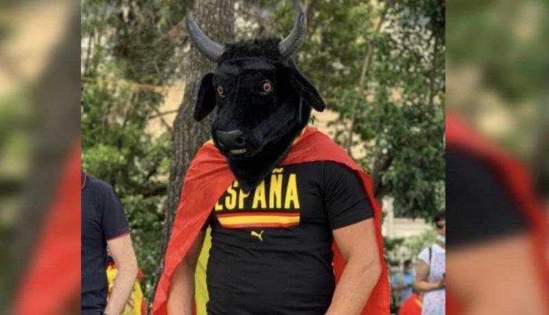 """Las redes ridiculizan al """"patriota"""" con cabeza de toro en Colón Se trata de una de las imágenes más surrealistas vividas el domingo en la manifestación"""