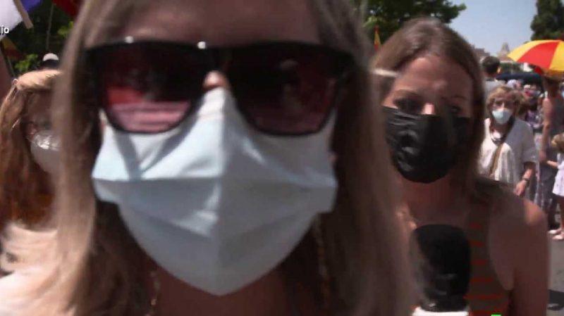 """""""Iros a la mierda"""": Andrea Ropero, acosada, insultada y empujada en Colón por la ultraderecha"""