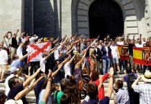 Multitud haciendo el saludo fascista y exhibiendo banderas anticonstitucionales. Homenaje a Franco y manifestación en contra de su exhumación en el Valle de los Caídos
