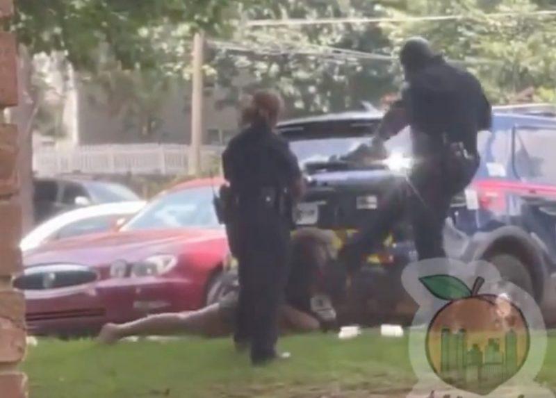 Vídeo | Un agente le da una patada en la cara a una mujer esposada y tumbada boca abajo en EE. UU.