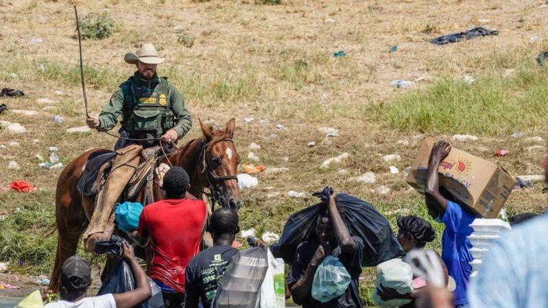 Polémica generada por las imágenes de agentes de la Patrulla Fronteriza enfrentándose a migrantes haitianos / Getty Images